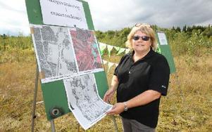 Karin Byström visar kartor på skogen som tagits av flyg på 800 meters höjd, laserscanning på vilken man kan räkna ut skogens volym. Foto: Curt Kvicker