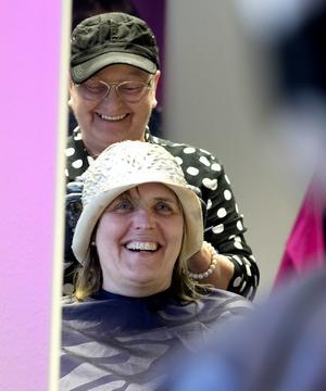 Anne-Lie Ströberg, Stöde , får slingor i håret av  Manuela Lampe.