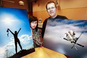 Emelie Einebrant och Peter Göransson är två av de åtta eleverna som just nu ställer ut fotografier i Folkets Hus på temat frihet, rörelse och action.Foto: Olof Sjödin