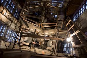 Sundsvalls Gustav Adolfs kyrka började byggas 1889 och invigdes i december 1894. Nu för tiden är kyrkvaktmästarna i klocktornet någon gång i månaden. Uren och klockorna styrs med automatik från en låda i sakristian.
