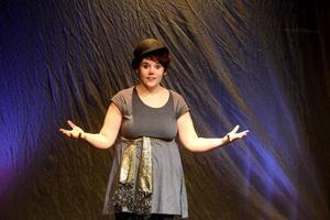 Festivalgeneralen Anna Ljungberg berättade om sina minnen för publiken. Hon har i princip varit med på Barnteaterfestivalen sedan hon föddes. Foto: Johan Källs/DT