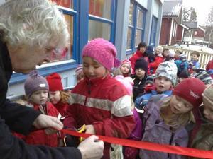 Dan Östberg klipper bandet för nygamla förskolan.