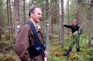 Siljansfors försöksparks föreståndare Krister Karlsson och Skogshistoriska sällskapets ordförande Hans-Jöran Hildningssson vid blädningsytan.