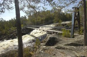 Över själva forsnacken sträcker sig en hängbro som är kvar sedan flottningsepoken. Bron har rustats under senare år och håller att gå på.