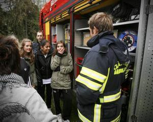 Spännande. Vid brandbilen fick eleverna se vad som döljer sig inuti bilen och veta allt om hur räddningstjänsten arbetar vid olyckor.