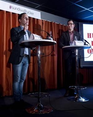 Jörgen Berglund (M) och Peder Björk har lärt sig att det gäller att uttrycka sig enkelt, men ändå finns det många ord som en stor del av väljarna inte förstår.