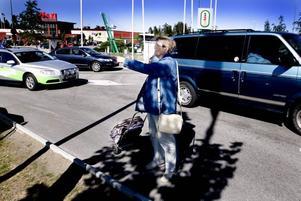 """bara för bilister? Siv Arvedal tycker att trafiksituationen vid Hemlingby köpcentrum känns livsfarlig. """"Det finns inga gång- och cykelvägar så att man kan ta sig mellan de olika affärerna.  Man borde tänka på dem som inte har bil"""", säger hon."""