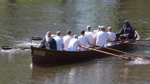 Kommunens kyrkbåt fick tjänstgöra som transportmedel för historikern Lars Gahrn.