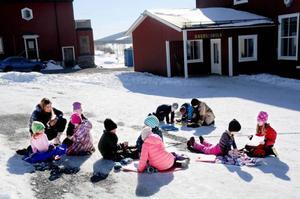 En klass på Kaxås skola har musiklektion i snön, eftersom barnen blir trötta och får huvudvärk av att vara inne i klassrummet.