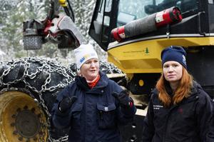 Josefin Bohman och Cecilia Persson från SCA informerar eleverna om skogsbruket.