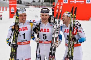 Teodor Peterson och Emil Jönsson, i mitten och till höger, uppgraderas till silvermedaljörer efter att ytterligare ryska åkare stängts av. Foto: Anders Wiklund / TT