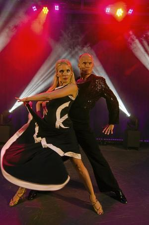Danspar. Ett av shownumren med Tobias Karlsson och Elisabeth Novotny. Foto: Nikola Stankovic