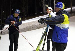 Olympierna Petter Menning och Linnea Stensils får instruktioner inför ett längdskidpass av