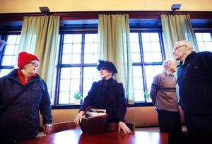 Gunilla Nilsson-Edler var en av guiderna i rådhuset under den 98:e födelsedagen. Gunilla, som nyligen tilldelats årets kulturpris av kommunen för sina historiska stadsvandringar i Östersund, var för dagen tidstypiskt klädd för den tid då huset stod klart.