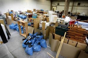 Ungefär 1 000 kartonger prylar plus möbler och annat lösöre från Blåbärsvägen står i högar i en hyrd industrilokal i väntan på sanering.