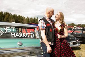 Paret Andreas Åkerblom och Linda Bernhardsson startade sin bröllopsdag på Optands flygfält tillsammans med många andra av Springmeets besökare.