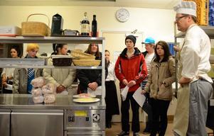 Guidning i kökets regioner. Läraren Fredrik Andersson berättar om arbetet i elevköket för niondeklassarna.