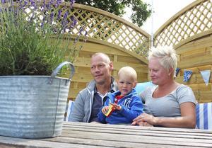 Thomas Wallmon,  sonen Malte samt hustrun Johanna Nelson Wallmon på nyligen iordningställd brygga vid Arbogaån.