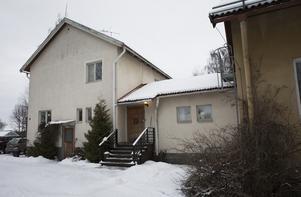 Huset i Fåker är stort – 600 kvadratmeter totalt. Med en boyta på 170 kvadrat, en  källare på 230 och två lägenheter på 130 respektive 90 kvadrat så finns det alltid att göra för Thomas och Saulo.