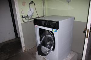 Tvättmaskinen som är trasig.