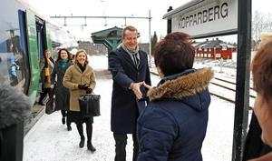 Välkommen till Kopparberg! Ewa-Leena Johansson tar emot regeringens delegation på tågperrongen i Kopparberg.