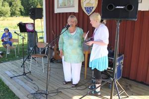 Birger Norman-priset överlämnas av sällskapets Barbro Lundquist