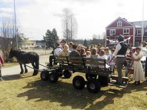 Nordsvensken Unik och hans hästskjutsar runt byn var populära. Foto: Lars Westberg