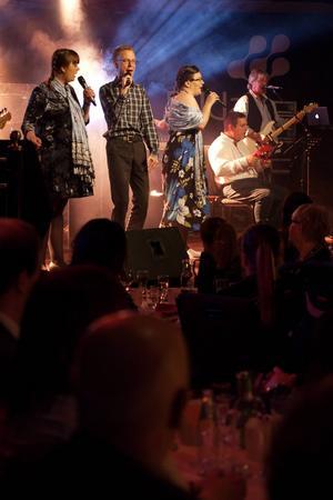 Bandet Friends & Neighbours spelar sin låt Vänner som hjälper varandra.