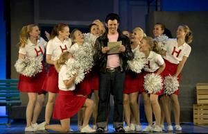Elvis (Toralf Nilsson) och dansensemblen med rötterna i Hudiksvalls Gymnastikförening.