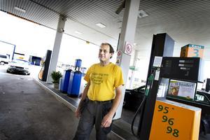 För att motverka bensinstölder kräver Ove Eriksson, stationschef, Preem på Näringen att okända kunder kommer in i butiken och visar upp sig innan de tankar.