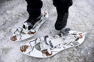 Moderna snöskor är enkla att ta på och man kan välja om hälen ska sitta fast eller vara lös.