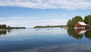 Favoritplatsen i båthuset är ute på bryggan där Johan Lindblom och Anna-Karin Hall kan njuta av den här utsikten. Eller natur-tv som de själva kallar det.