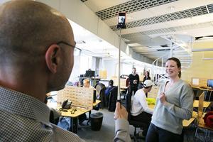 Haval van Drumpt, chef för mobiloperatören Halebop tar en selfie under sitt besök på supporten i Borlänge.