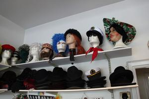 Butiken är full av hattar, masker, kläder och skor.