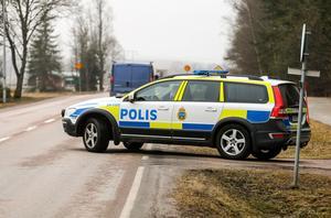 Enligt vår reporter på plats i Skultuna bevakas in- och utfarter.