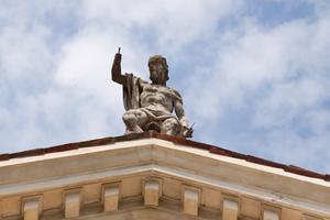Staty på taket på Villa Capra.