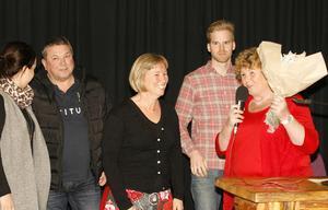 Bergs miljö- och byggchef Cilla Gauffin (mitten) och hennes medarbetare tog emot kvalitetspriset av kommunfullmäktiges ordförande Karin Paulsson (S).