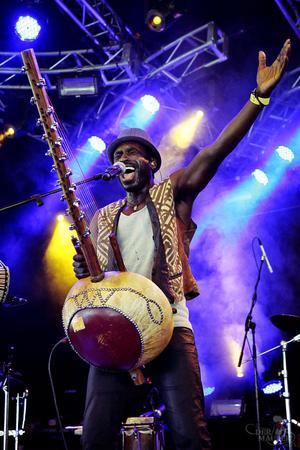 Internationellt kända koraspelaren Dawda Jobarteh spelar på Urkult 2013.