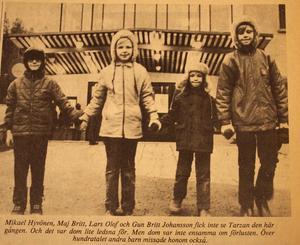 1971. När vädret inte var det bästa i Fagersta, var ett alternativ att gå på bio. Det här gänget fick dock inte tag på biljetter till Tarzan utan fick vända i dörren.