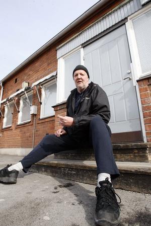 Krister Hjorth väntade på bussen till sin nya hemort Los, dit han flyttade för fyra månader sedan, efter att ha bott i 37 år i Ljusdal.