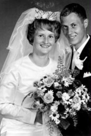 Lillian, född Brodin, och Bernt Andersson, Bergsåker, firar i dag rubinbröllop. Vigseln ägde rum i Sköns kyrka den 24 juli 1965 och förrättades av Otto Hägglund. Foto: Nilssons Allfoto, Sundsvall