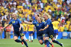 Sofia Jakobsson (till vänster), Lotta Schelin, Elin Rubensson och Olivia Schough jublar efter att ha gått vidare till final.