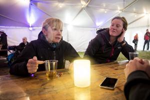 Lotta Nilsson i tältet vid målgången på Utö, dit hon transporterades efter att hon brutit, tillsammans med Jenny Nilsson, vars lagkompis också bröt. Deras båda lagkompisar Bibben Nordblom och Jessica Åhlund försökte sedan fullborda loppet tillsammans, utom tävlan, men plockades av banan eftersom det var mot reglerna.