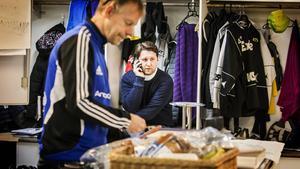 Tränaren Patrik Larsson får flera personer att prata med.