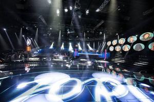 09.00: Så här ser det ut från scenen i Stockholm Studios i Spånga. Det är härifrån fredagsfinalerna sänds och det är här idolerna repar sitt nummer varje torsdag. På läktarplats ryms det 1 000 åskådare.