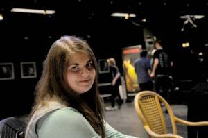 Josefin Blomdahl spelar akustisk gitarr och tycker att hon lärt sig något av soundcheckkvällen på studioscenen.