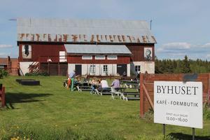 Byhuset på Rödön har öppnat för säsongen till ett strålande väder.