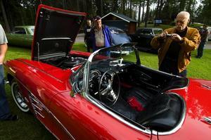 Research. På sommarträffarna i Mellsta träffas bilentusiaster. Här kan man bland annat få inspiration till hur man ska fixa med sin egen bil. Foto:Mattias Nääs