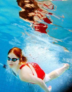 Hedda Gulliksson är snabb ner i vattnet.Foto: Henrik Flygare