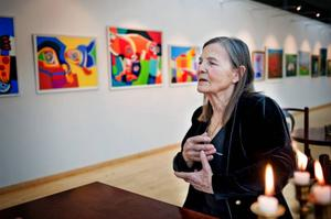 Natasha Andersson engagerar med sitt färgglada naivistiska måleri. Nettot från hennes måleri går oavkortat till verksamheten med Tjernobylbarnen.
